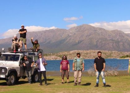 Grupo de personas con una montaña de fondo