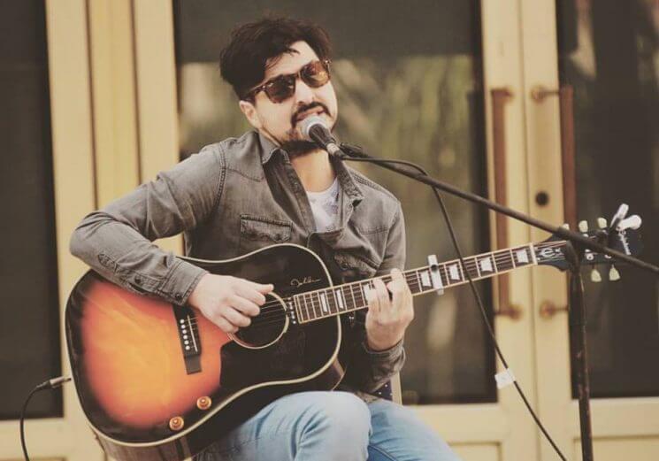 Chino Mansutti tocando la guitarra